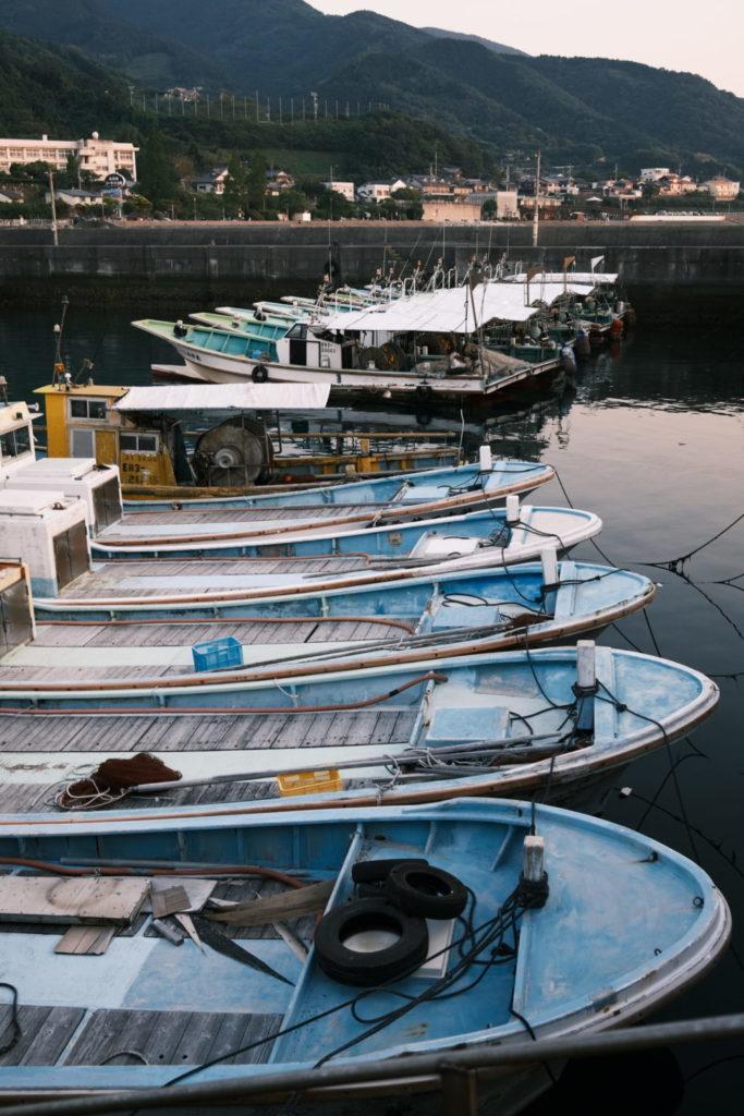 港に浮かぶ船