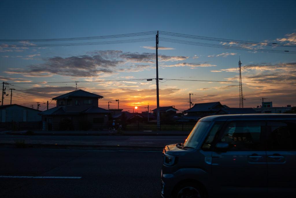夕暮れ時の道路