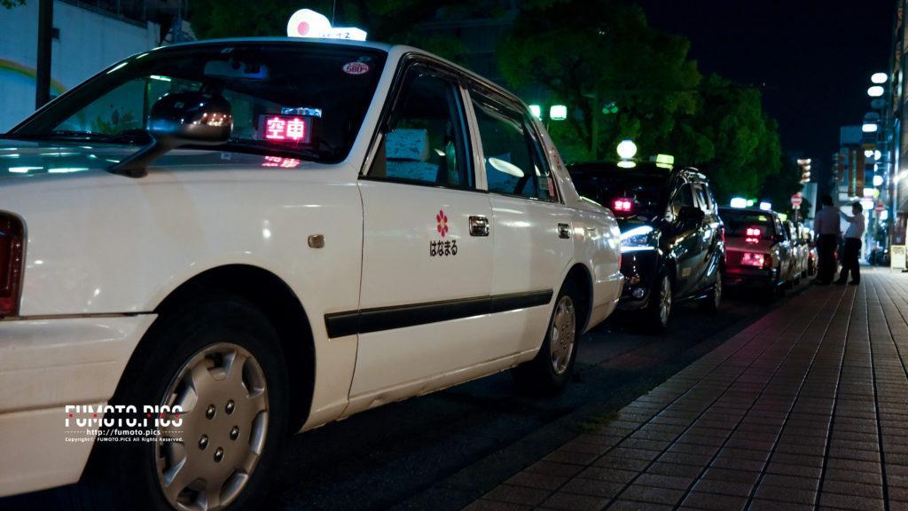 飲み屋街の通りに待機するタクシーの列