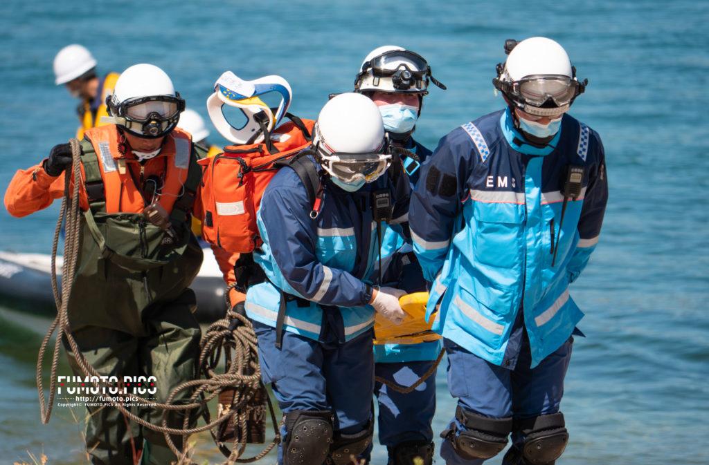 救助隊が要救助者を運ぶところ