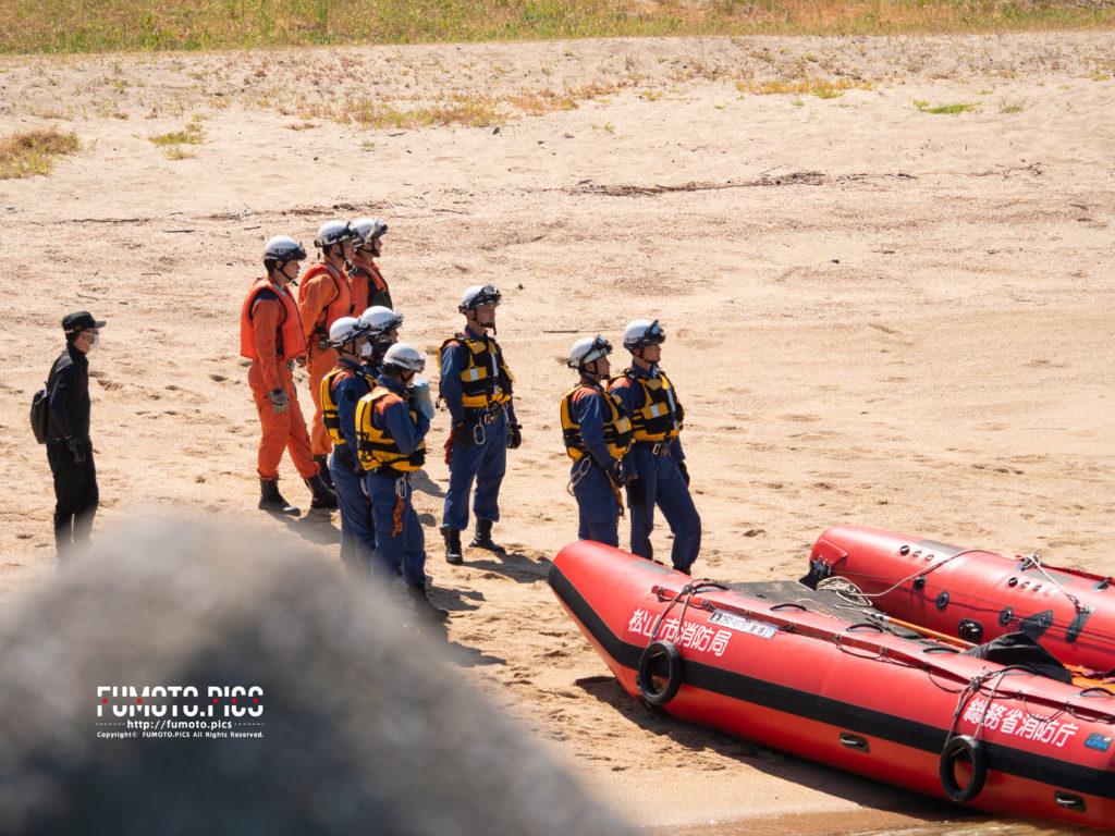 ヘリを見上げる救助隊