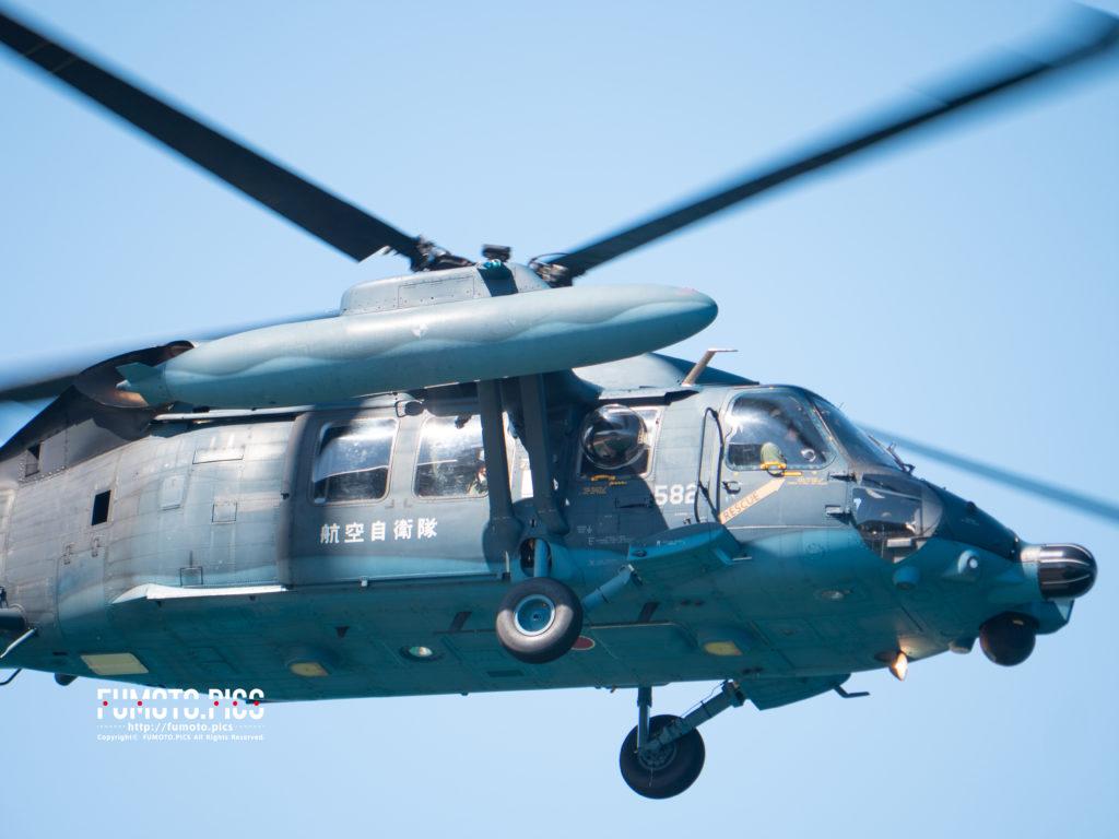 ヘリコプターから隊員の方が手を振る様子