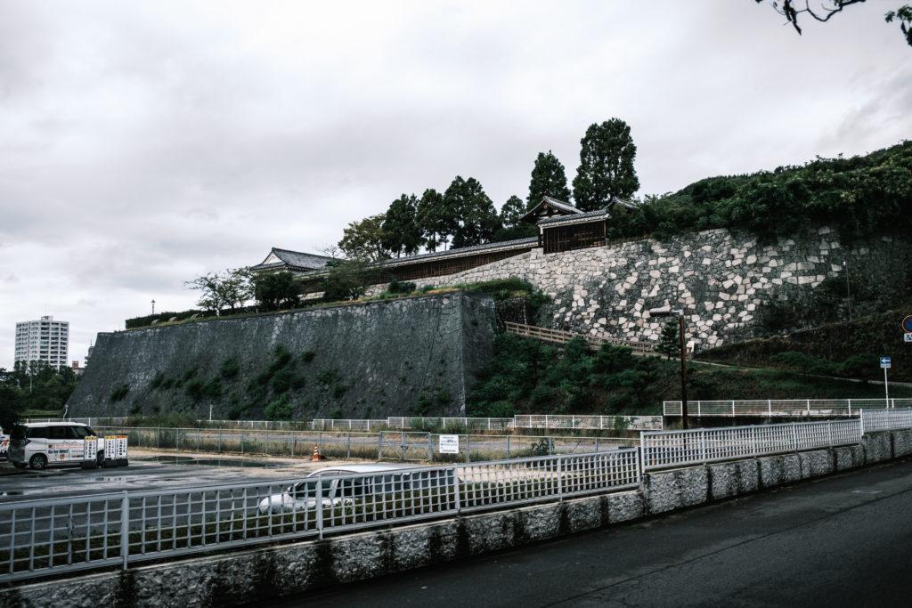 県庁脇から二之丸庭園を望む