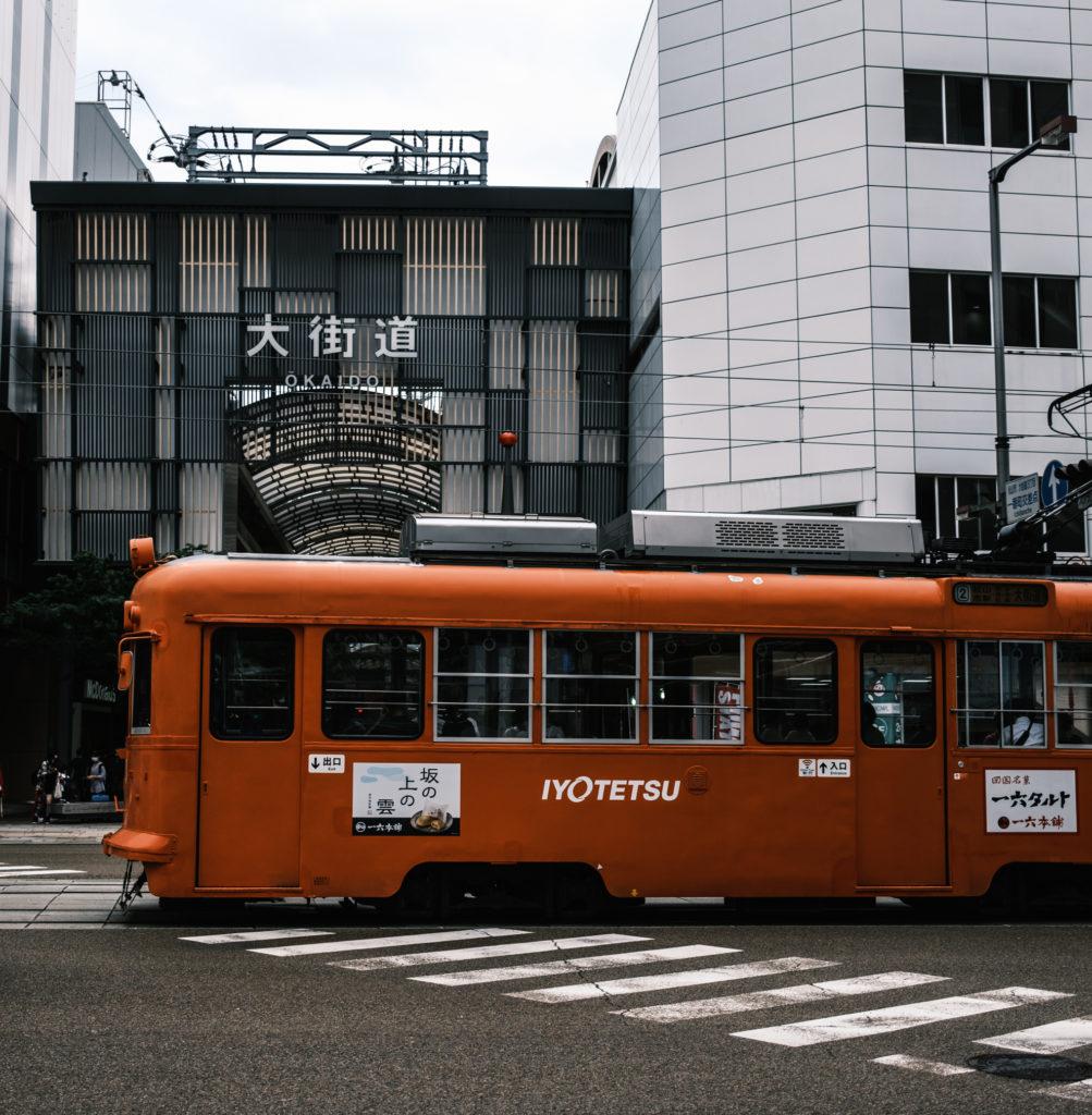 大街道入り口前を通る電車