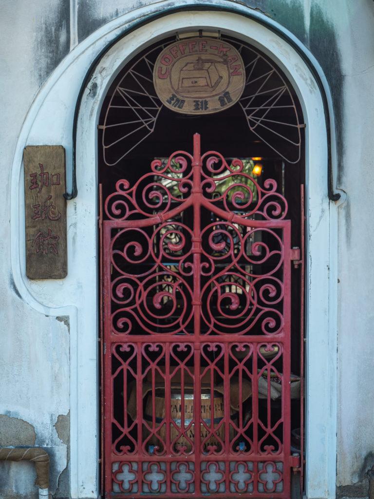 お洒落な鉄のドア