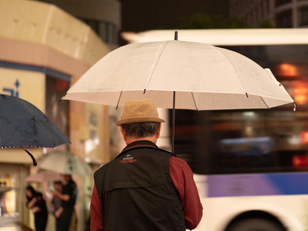 傘を刺したおっさん